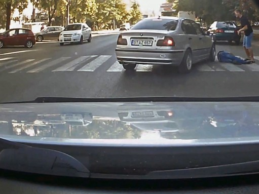 Водитель BMW намеренно сбил парня на «зебре» (ВИДЕО)