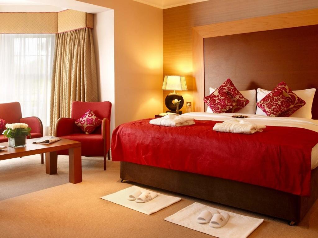 Дизайн комнаты с красным диваном