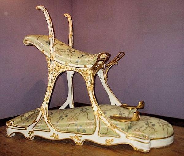 Это необычное кресло изготовили по заказу короля Эдуарда VII. Вы ахнете, узнав, для чего оно сделано!