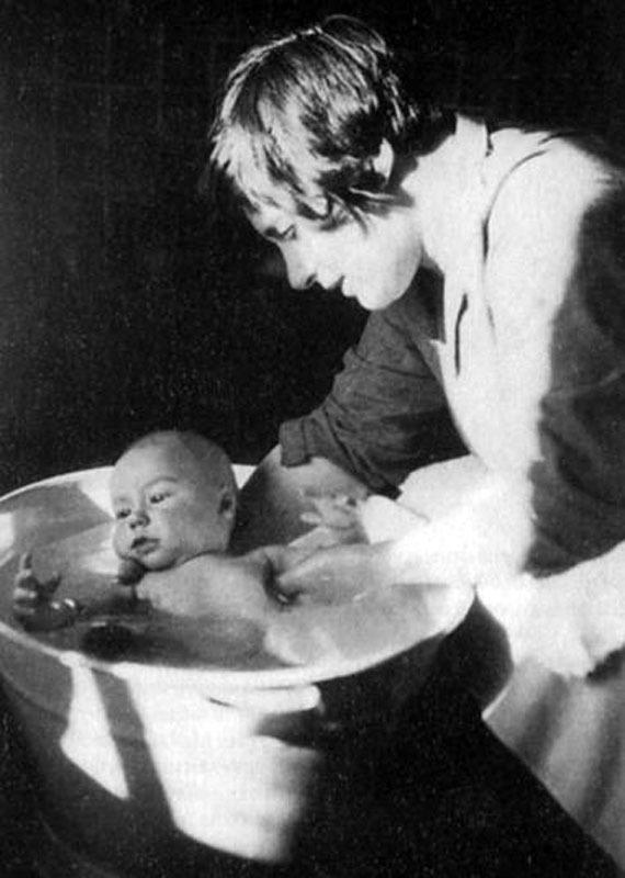 1037  Будущий ведущий передачи Очевидное-невероятное Сережа Капица с мамой Анной Алексеевной, 1928 год.jpg