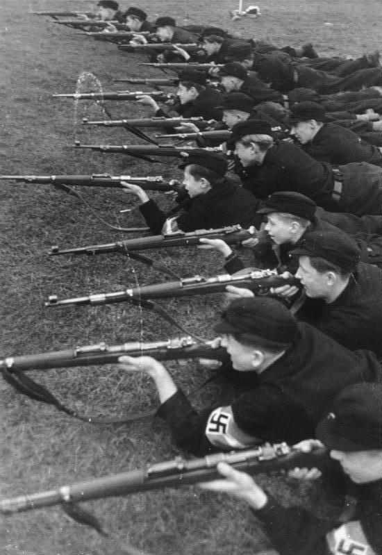 Украина, 2018 год, националистический детский лагерь «Гарт воли». Deutsches Reich, 1930-е годы, Hitlerjugend