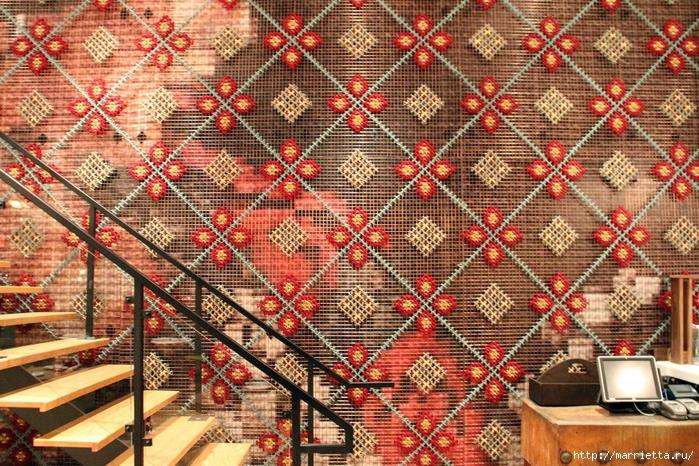 Вышивка на табуретках и на сетке для украшения интерьера. Очень необычно и креативно выглядит!