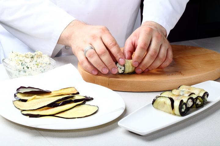 Рулетики из баклажанов: 6 вкусных рецептов