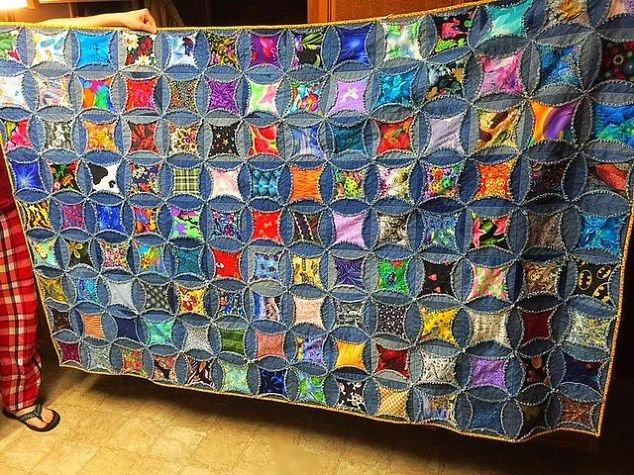 Вот одеяло, которое я сделала из старых джинсов моего мужа