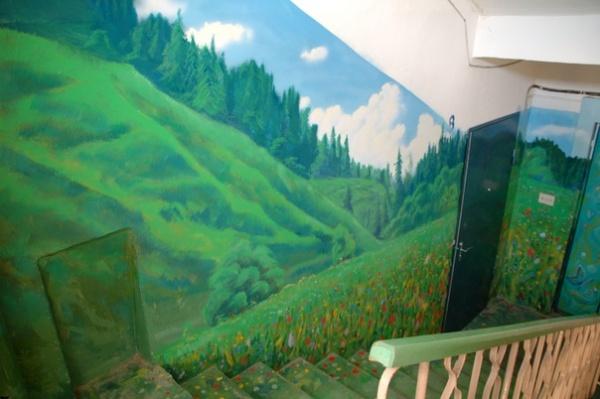 Подъезд как произведение искусства: Такой необычный холст выбрал для себя Борис Черниченко, бывший житель этого дома, профессиональный художник.