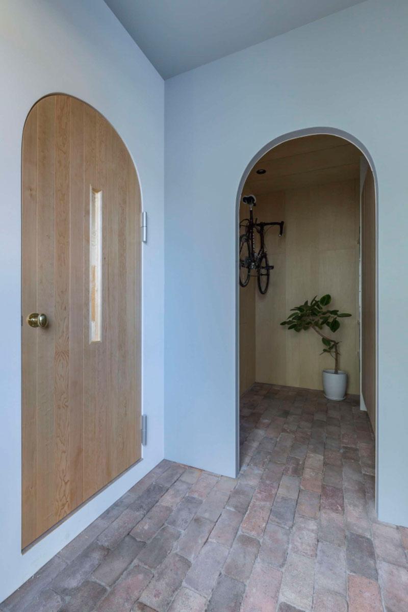 Арка в интерьере дома входной двери