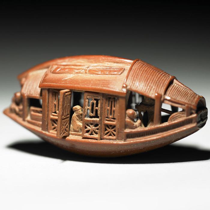 Потрясающая миниатюра, созданная из оливковой косточки