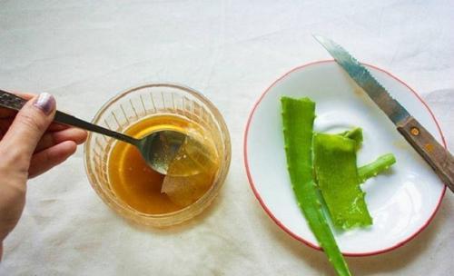 Хорошие и эффективные компрессы для лечения заболеваний горла, в том числе и ангины, готовятся с помощью меда.