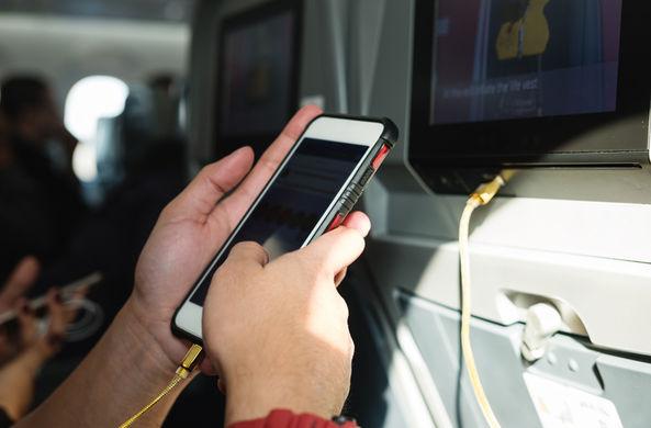 Заряжать смартфон в самолете может быть опасно