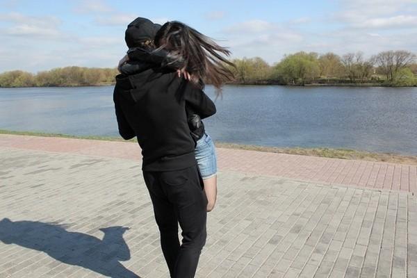 Красивое парень и девушка со спины на аву