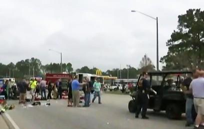 Фургон въехал в толпу на карнавальном шествии в США. Видео