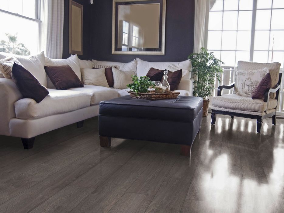 Темный ламинат — отличный способ облагородить дизайн комнаты