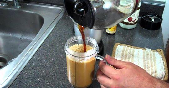Добавьте лишь 1 чайную ложку этой смеси кокосового масла в утренний кофе, чтобы увеличить потерю веса и сжигать калории