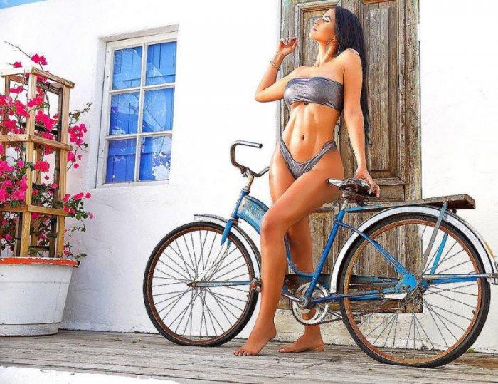 Девушки на мотоциклах и велосипедах