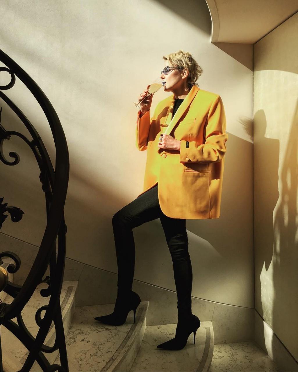Рената Литвинова в объемном желтом жакете