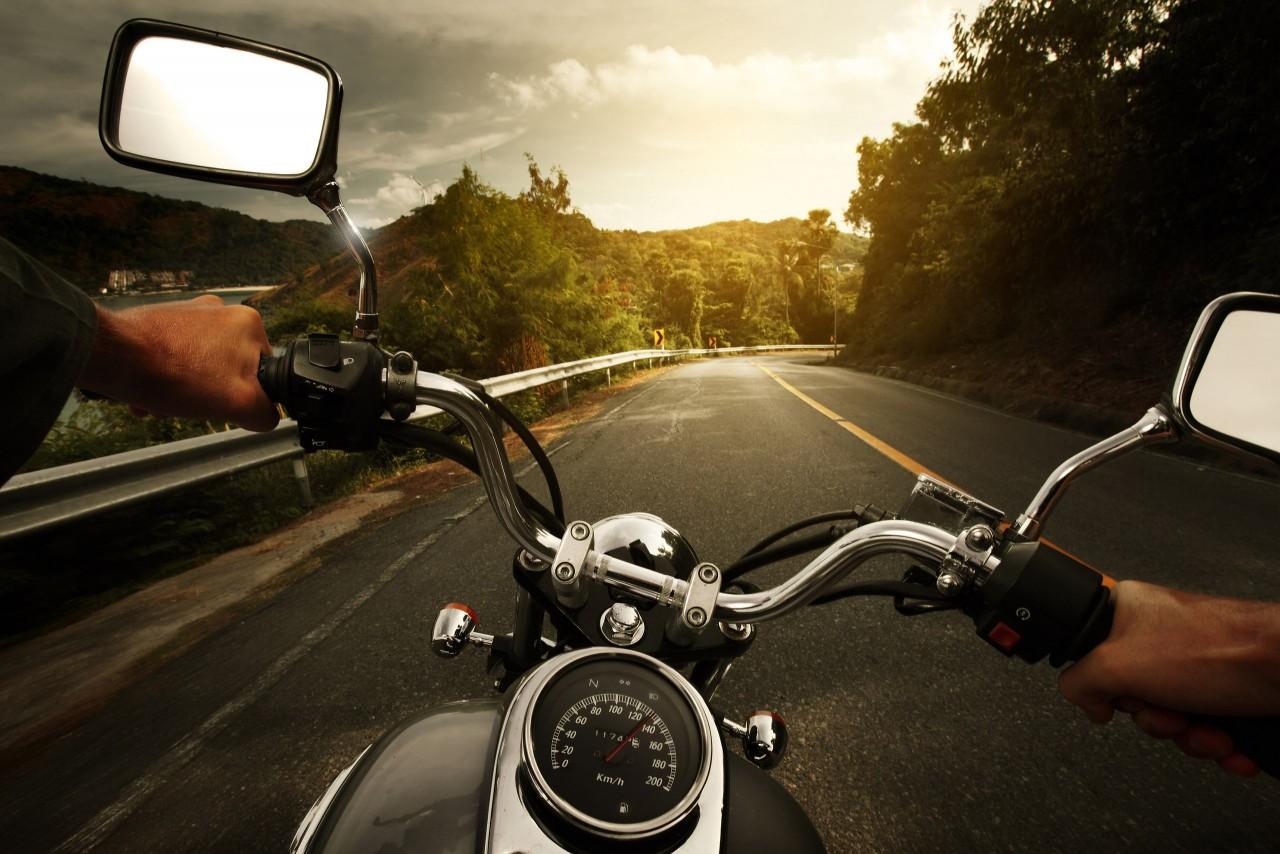 Мотоциклист в США упал с горы на скорости 60 километров в час и снял это от первого лица.