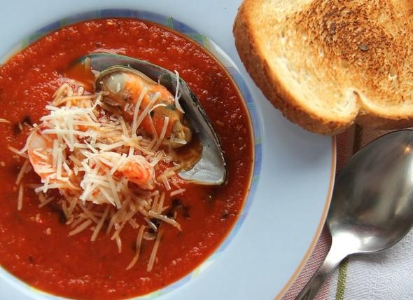 Томатный суп с морепродуктами.