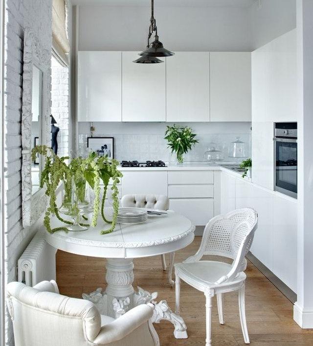 Дизайн маленькой узкой кухни белого цвета