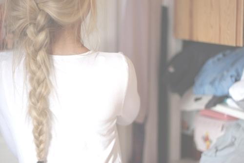 Девушка со светлыми волосами спиной на аву