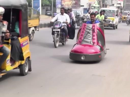 Житель Индии строит забавные автомобильчики (ВИДЕО)