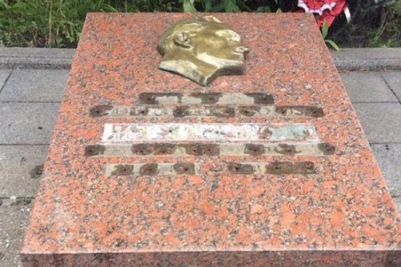 На родине лучших геноцидов патриоты осквернили могилу легендарного разведчика Николая Кузнецова, убитого бандеровцами