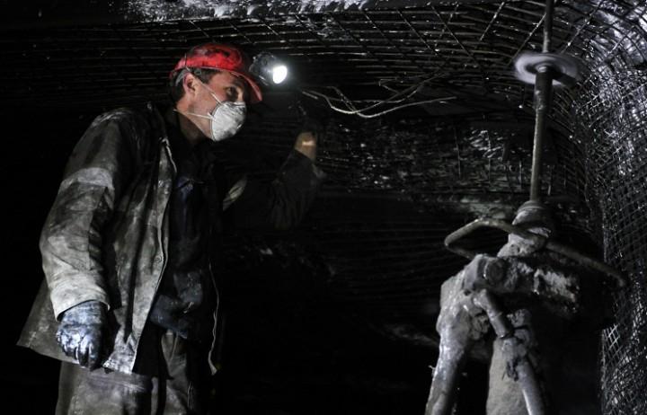 Донбасс, обесточена угольная шахта, под землей находятся 300 горняков