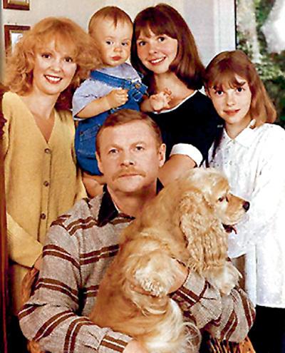 Самые родные: жена Мария, внук Кирилл, дочери Настя и Лиза и американский кокер-спаниель Ромка. Через год после смерти хозяина пес умёр от тоски (фото 1997 г.)