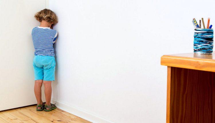 Ребенок стоит в углу
