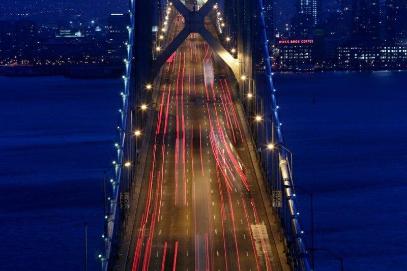 Один из самых знаменитых в мире мостов — также и один из самых загруженных в мире, ежедневно он пропускает по 100 тыс. автомобилей в мире, дорога, езда, люди, пробка