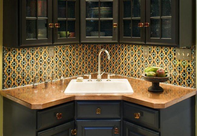 Отдельностоящий кухонный уголок со скошенной угловой тумбой под мойкой