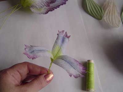 Сборку цветка начните с маленьких лепестков