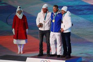 Российским лыжникам Большунову и Ларькову вручили медали Олимпиады