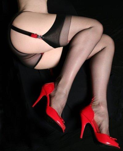 Рыжая Susana Melo показывает свое красивое тело в черных чулках и красивом белье