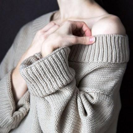 Уютное межсезонье: — 10 свитеров с открытыми плечами