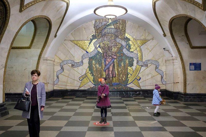 """Новослободская. """"Это одна из излюбленных станций туристов и самих москвичей. Здесь даже есть специальные """"места для селфи"""". Новослободская, открытая в 1952 году, символизирует величие социализма"""" иностранец в России, метро, метрополитен, москва, путешествия, россия, фото, фотограф"""