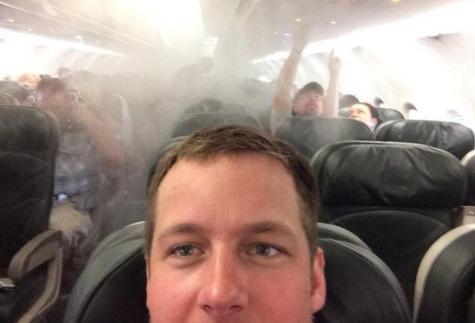Пассажиры горящего Boeing-777 спасают свои вещи за секунды до взрыва