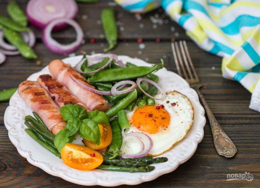 Яичница с сосисками на завтрак