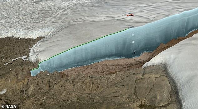 Под льдом Гренландии обнаруж…