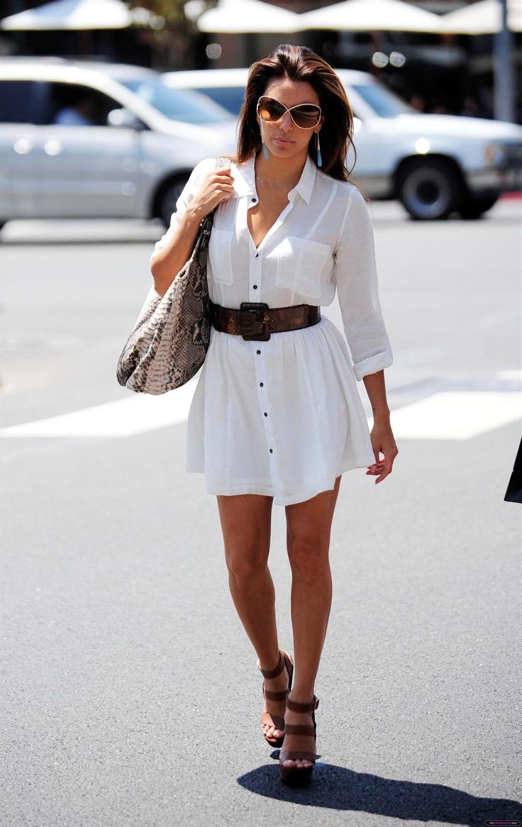Девушка в платье-рубашке с широким поясом