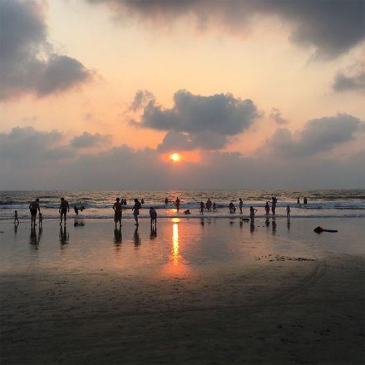 На изображении может находиться: небо, океан, облако, сумерки, пляж, на улице, вода и природа