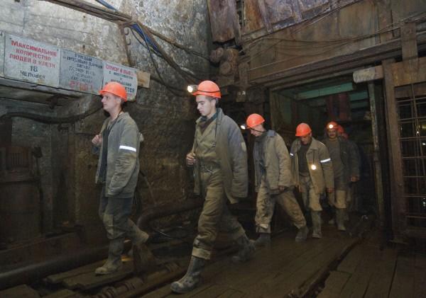 Горняки обесточенной шахты в Донецке выведены на поверхность