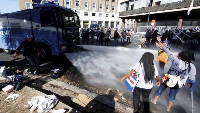 Мигранты против Рима: гладиаторские бои в XXI веке на улицах древнего города