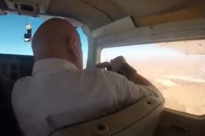 Он хотел сделать фото из самолета и по глупости поднес телефон к окну
