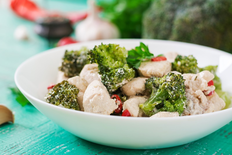 салат с брокколи и курицей