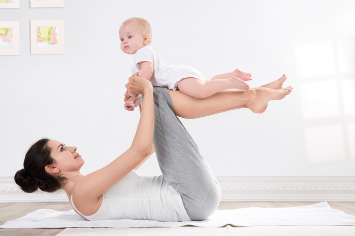 мама с ребенком занимается упражнениями