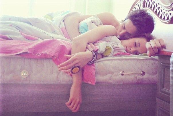 10 распространенных поз для сна, которые рассекретят ваши отношения