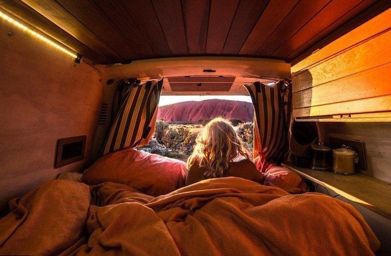 Каждое утро влюбленных начинается с потрясающего вида из окна (на снимке скала Улуру) австралия, жизнь, пара, приключение, путешествие, фотография, фургон