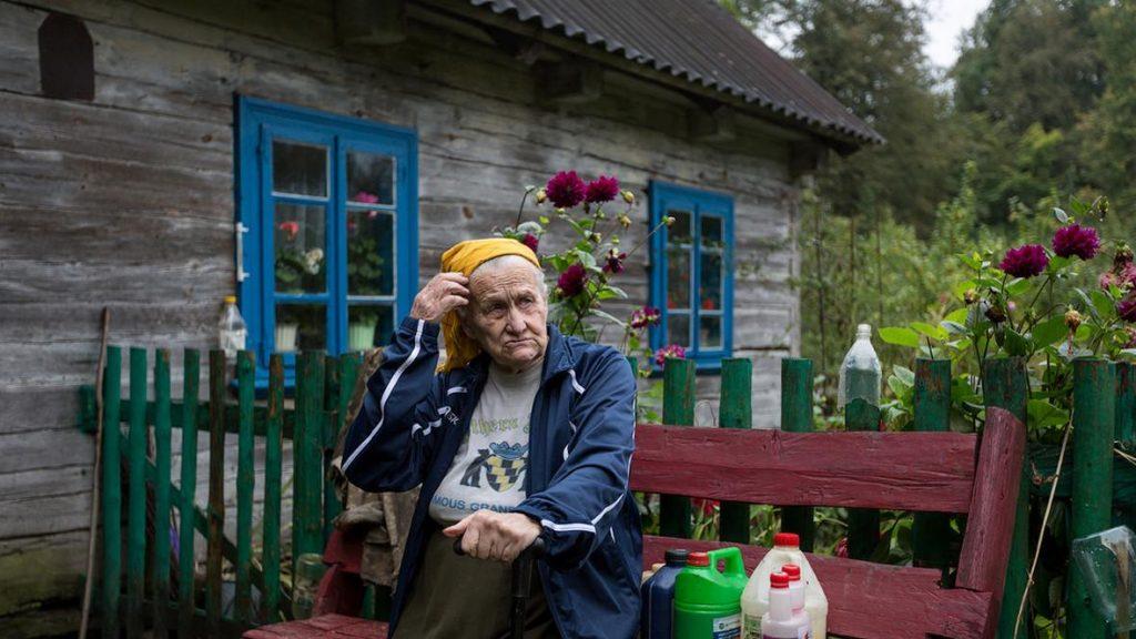 Старушка 45 лет живет одна в глухом лесу без электричества, водопровода и телефона