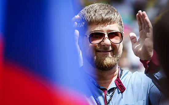 Кадыров возглавил 100-тысячное шествие по случаю дня рождения Путина
