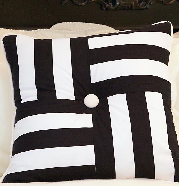 Черно-белые диванные подушки своими руками